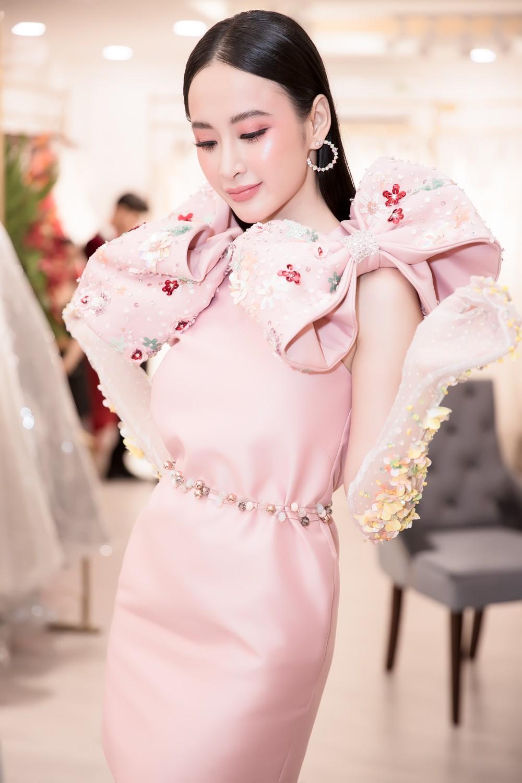 Angela Phương Trinh nổi bật với cây hồng, cùng găng tay đính hoa đi sự kiện - Ảnh 5.