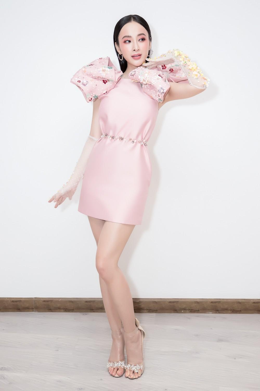 Angela Phương Trinh nổi bật với cây hồng, cùng găng tay đính hoa đi sự kiện - Ảnh 4.