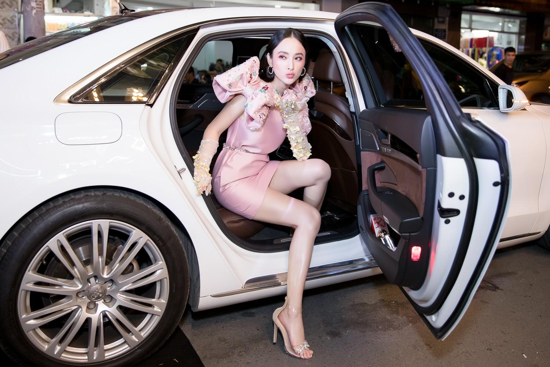 Angela Phương Trinh nổi bật với cây hồng, cùng găng tay đính hoa đi sự kiện - Ảnh 2.