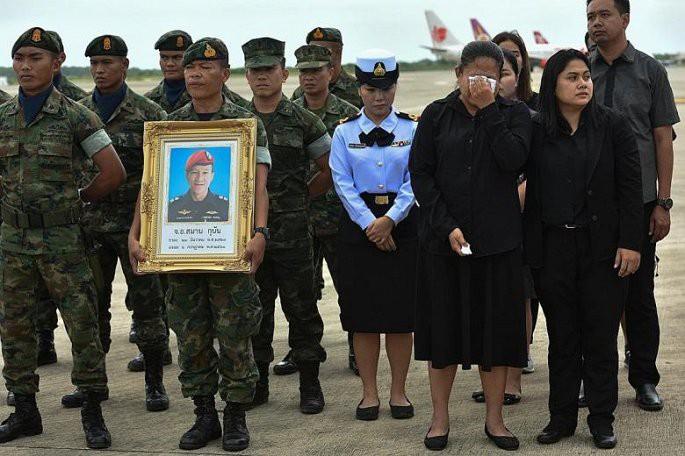 Vợ thợ lặn hy sinh trong chiến dịch giải cứu đội bóng Thái Lan: Lũ trẻ đừng tự trách mình - Ảnh 1.