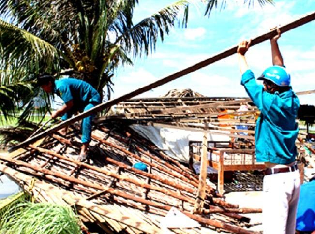 Dông lốc làm sập, tốc mái hơn 100 căn nhà ở Cà Mau - Ảnh 1.
