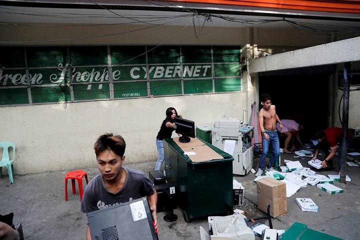 Ảnh: Cảnh tượng đau lòng trong những khu ổ chuột bị thiêu rụi ở Philippines - Ảnh 12.
