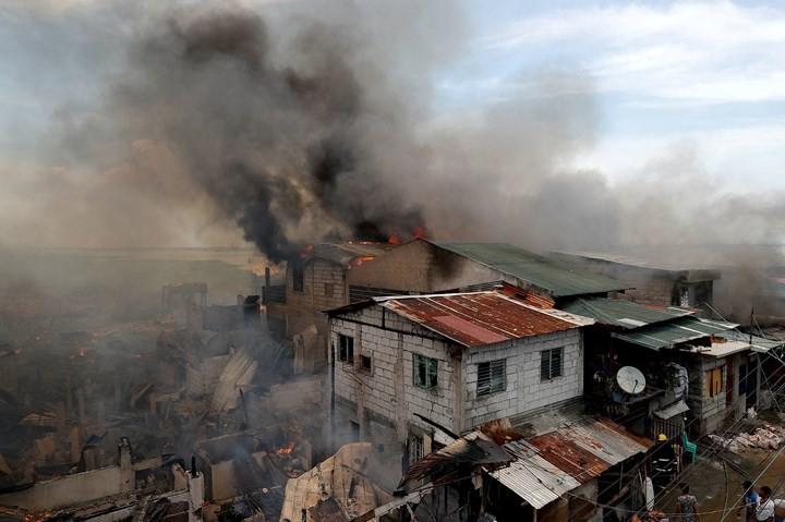 Ảnh: Cảnh tượng đau lòng trong những khu ổ chuột bị thiêu rụi ở Philippines - Ảnh 2.