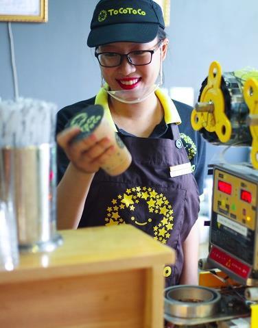 """Giới trẻ Hà thành """"quẩy"""" tung phố đi bộ với hàng nghìn ly trà sữa TocoToco miễn phí - Ảnh 4."""