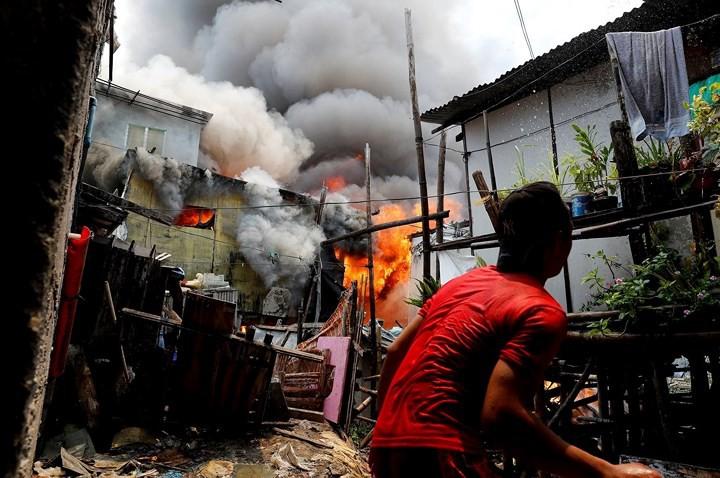 Ảnh: Cảnh tượng đau lòng trong những khu ổ chuột bị thiêu rụi ở Philippines - Ảnh 7.