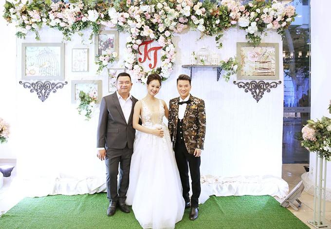 Mr Đàm cùng dàn nghệ sĩ đến chúc mừng đám cưới của Hà Thúy Anh với quản lý sau 3 năm yêu - Ảnh 1.