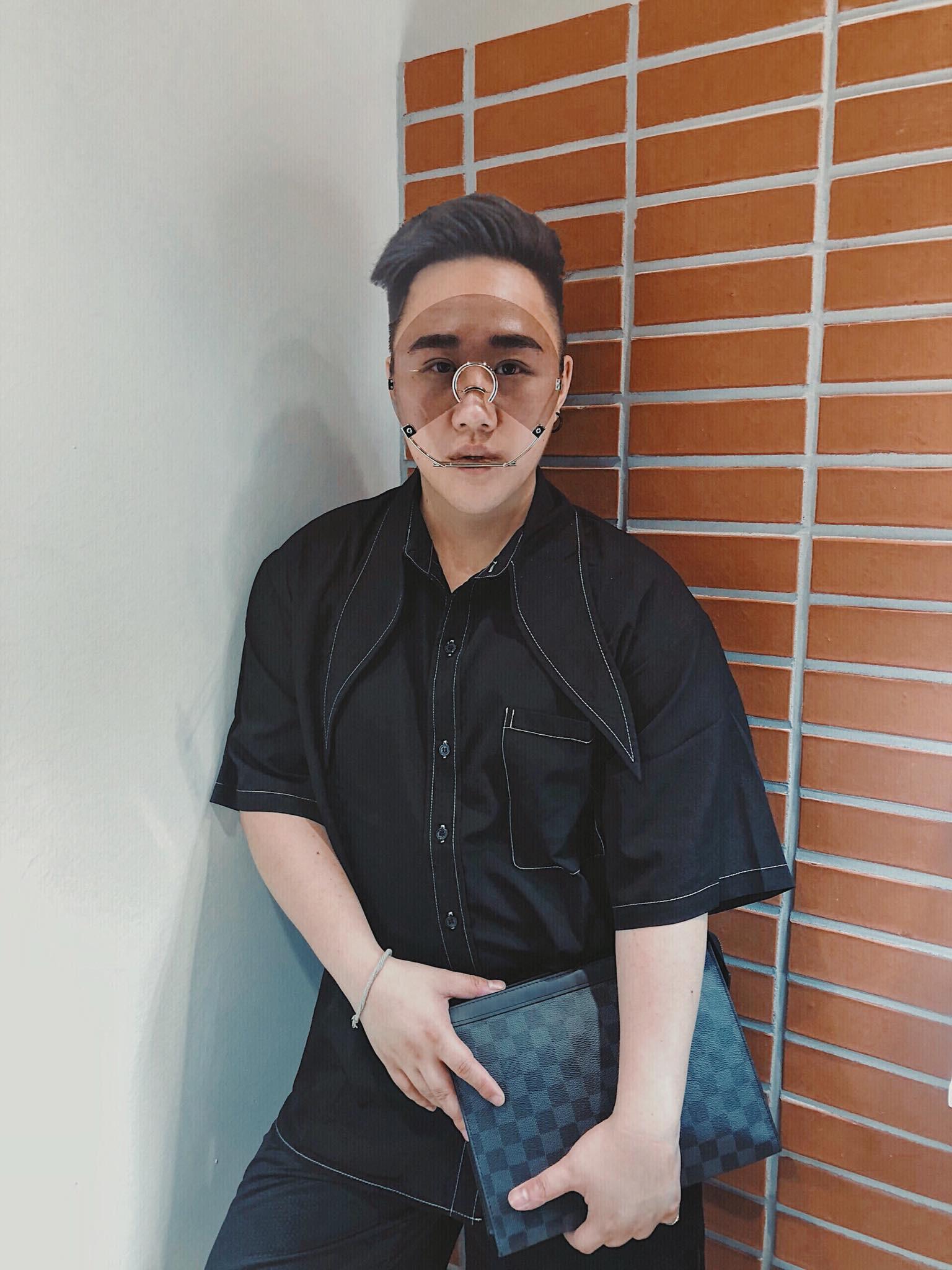 Trung Quân Idol đeo kính gì thế này: Kính làm bằng đĩa CD có khả năng chống bụi, niềng răng, chống khẩu nghiệp? - Ảnh 1.