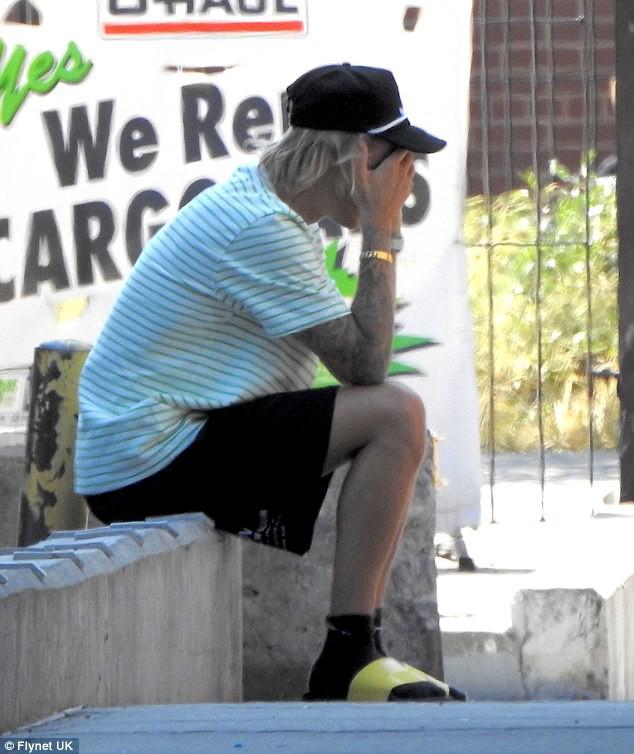 Justin Bieber bỗng ôm mặt căng thẳng trên phố và xóa clip về vợ sắp cưới trên mạng - Ảnh 5.