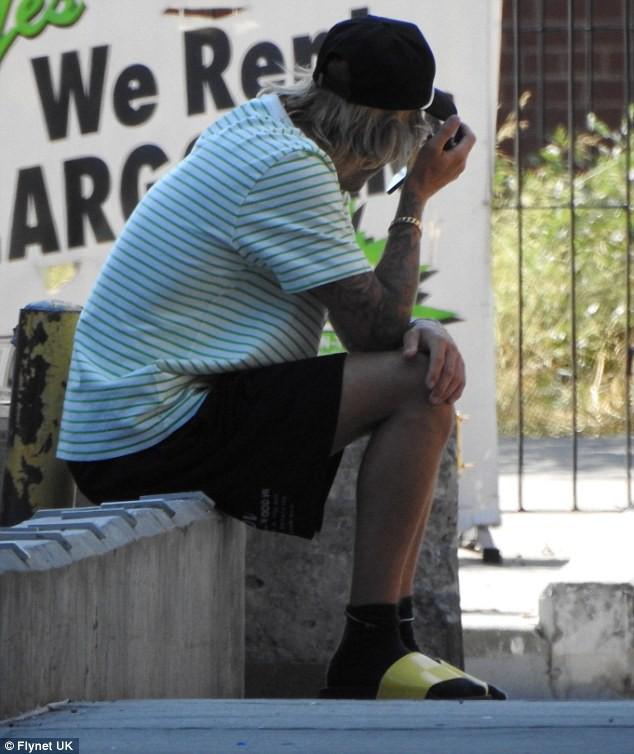 Justin Bieber bỗng ôm mặt căng thẳng trên phố và xóa clip về vợ sắp cưới trên mạng - Ảnh 4.