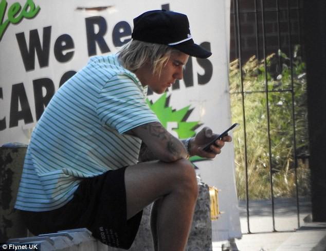 Justin Bieber bỗng ôm mặt căng thẳng trên phố và xóa clip về vợ sắp cưới trên mạng - Ảnh 3.