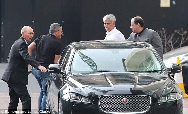 Mourinho trở lại Manchester, chuẩn bị cho mùa giải mới - Ảnh 1.