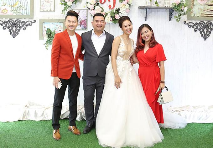 Mr Đàm cùng dàn nghệ sĩ đến chúc mừng đám cưới của Hà Thúy Anh với quản lý sau 3 năm yêu - Ảnh 6.