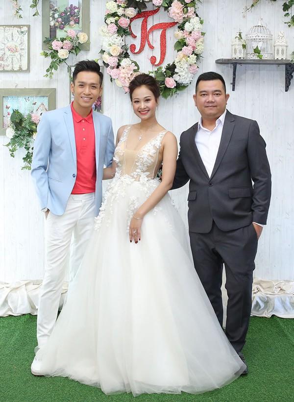 Mr Đàm cùng dàn nghệ sĩ đến chúc mừng đám cưới của Hà Thúy Anh với quản lý sau 3 năm yêu - Ảnh 7.
