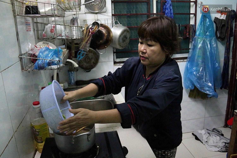 Chung cư không chồng ở Đà Nẵng: Nơi những người phụ nữ đùm bọc, làm tất cả việc của đàn ông kể cả bảo vệ tổ dân phố - Ảnh 6.