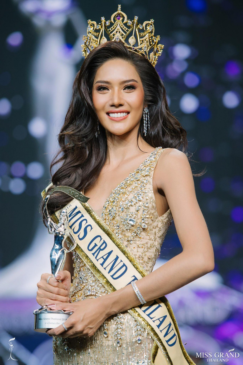 Cảm động hình ảnh Tân Hoa hậu Hòa bình Thái Lan quỳ rạp dưới chân hai