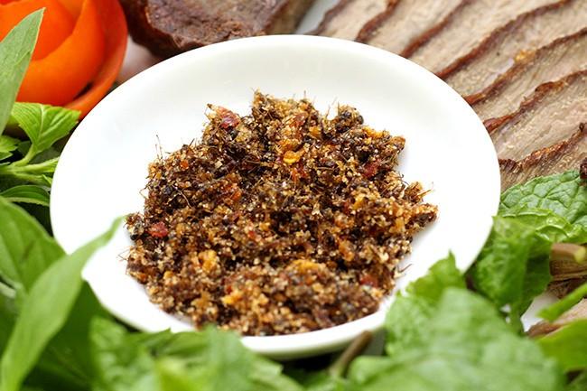 Hết Cao Bằng có bánh trứng kiến thì Gia Lai cũng không kém cạnh với muối kiến - một mĩ vị độc đáo của Tây Nguyên - Ảnh 1.