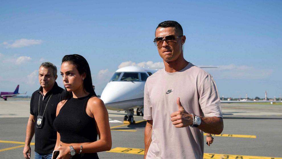 Ronaldo cùng bạn gái đáp máy bay tới Turin, ra mắt Juventus vào tối nay - Ảnh 1.