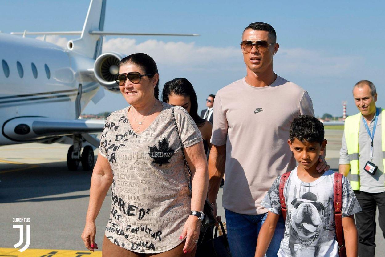 Ronaldo cùng bạn gái đáp máy bay tới Turin, ra mắt Juventus vào tối nay - Ảnh 3.