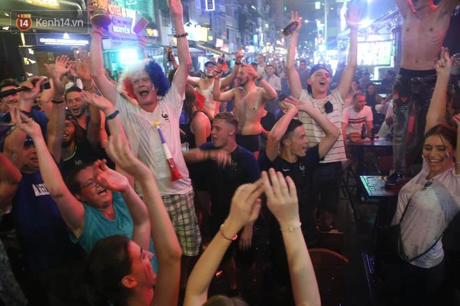 Nữ CĐV ở Sài Gòn cởi đồ, hò hét ăn mừng xuyên đêm tại phố Tây Bùi Viện khi Pháp vô địch World Cup sau 20 năm - Ảnh 2.