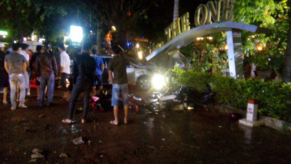 Ô tô mất lái lao vào quán cà phê, 2 nữ sinh 18 tuổi tử vong, nhiều khách đến xem chung kết World Cup bị thương - Ảnh 1.