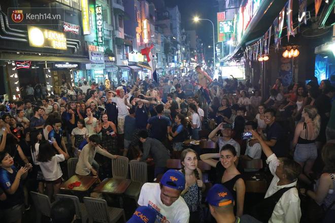 Nữ CĐV ở Sài Gòn cởi đồ, hò hét ăn mừng xuyên đêm tại phố Tây Bùi Viện khi Pháp vô địch World Cup sau 20 năm - Ảnh 1.
