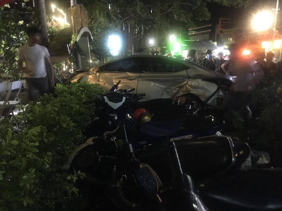 Ô tô mất lái lao vào quán cà phê, 2 nữ sinh 18 tuổi tử vong, nhiều khách đến xem chung kết World Cup bị thương - Ảnh 2.