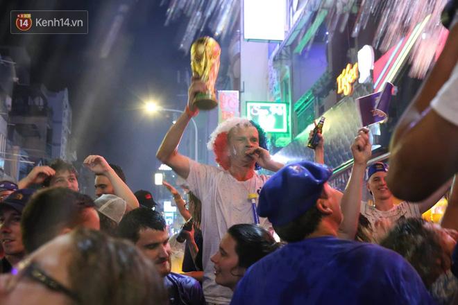Nữ CĐV ở Sài Gòn cởi đồ, hò hét ăn mừng xuyên đêm tại phố Tây Bùi Viện khi Pháp vô địch World Cup sau 20 năm - Ảnh 10.