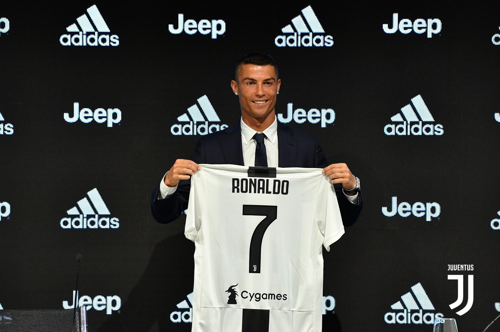 Vừa ra mắt Juventus, Ronaldo đã bay sang Trung Quốc kiếm thêm - Ảnh 1.
