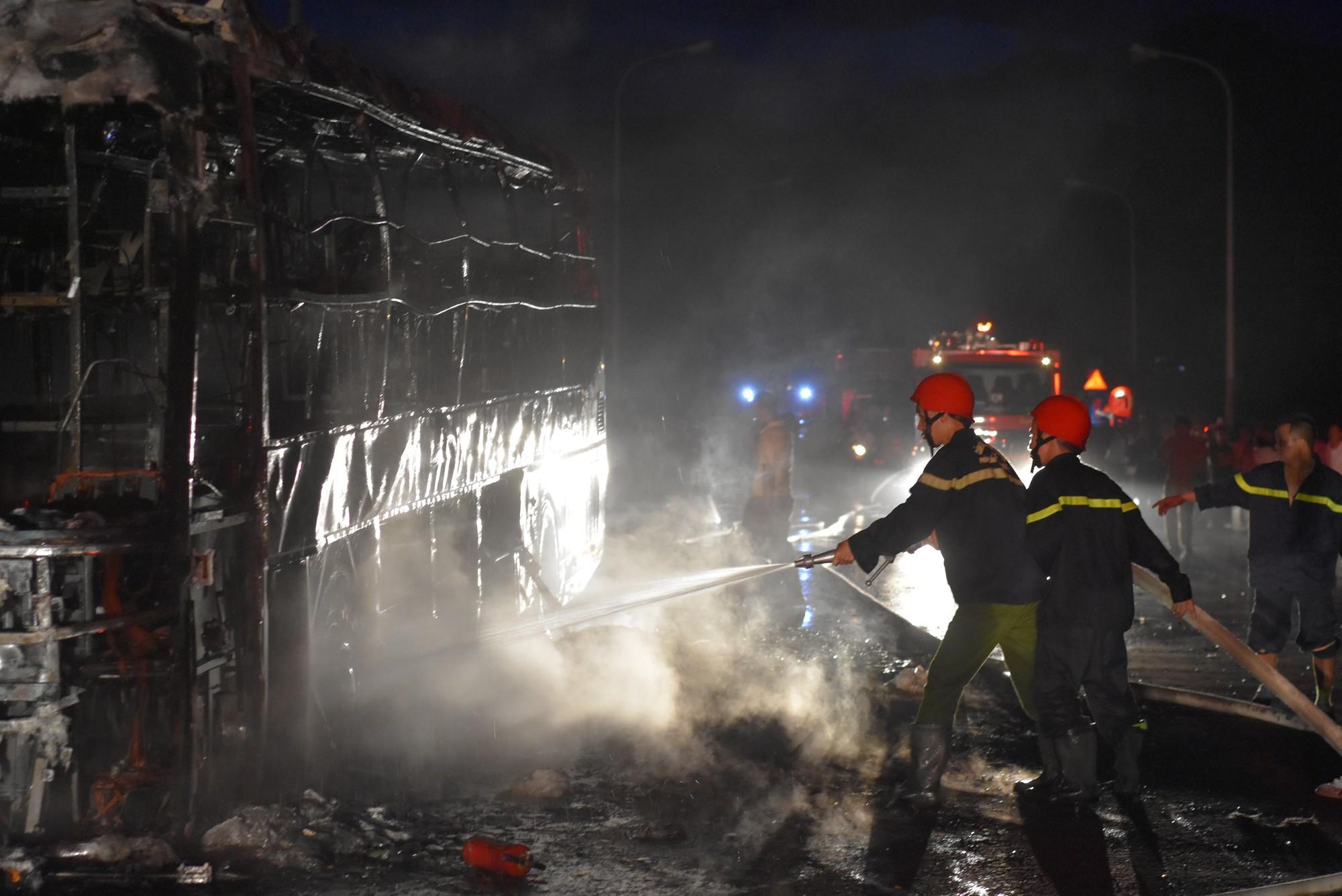 Chiếc xe khách chở 50 người bốc cháy ngùn ngụt trên quốc lộ 1A.