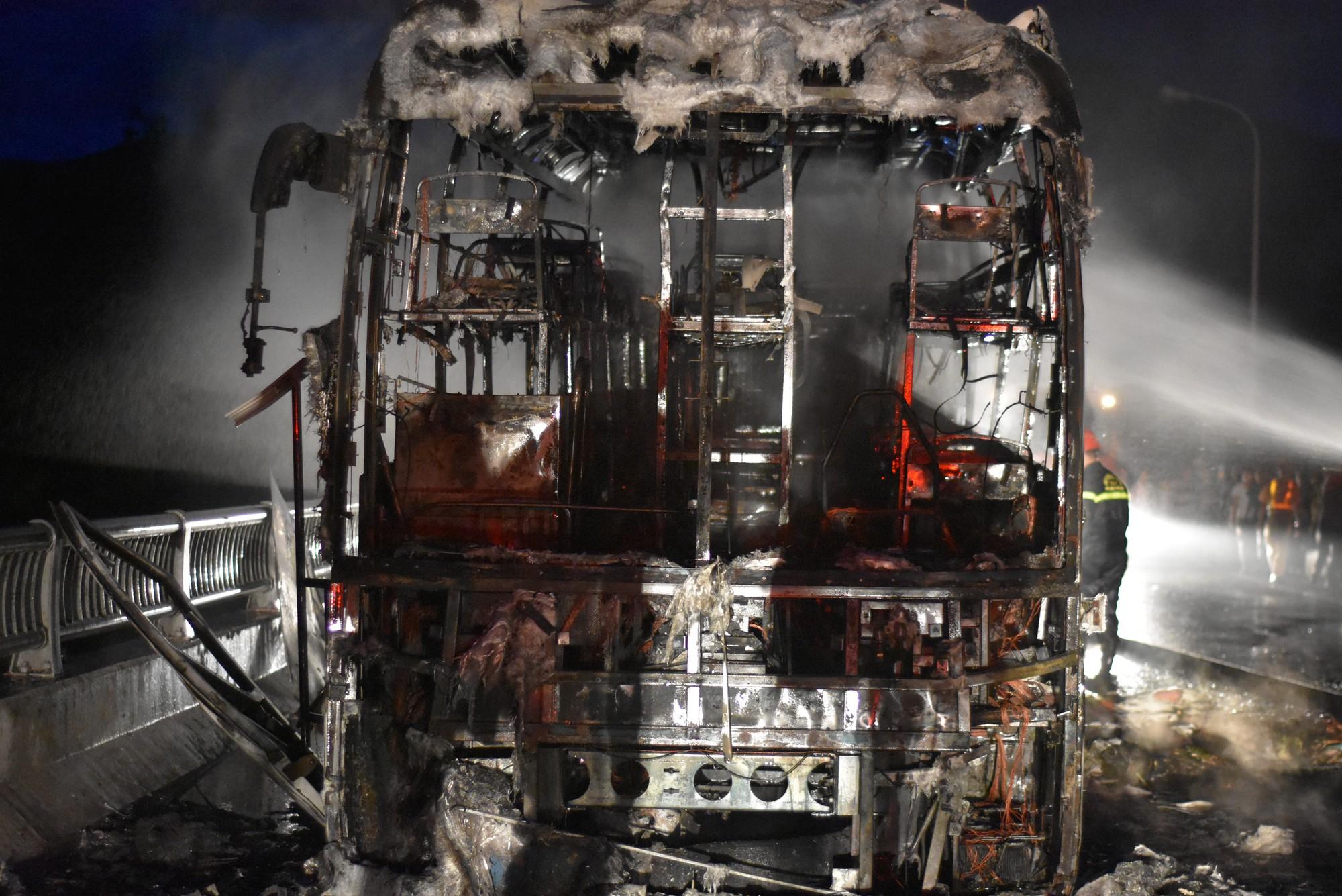 Chiếc xe khách bị cháy trơ khung.