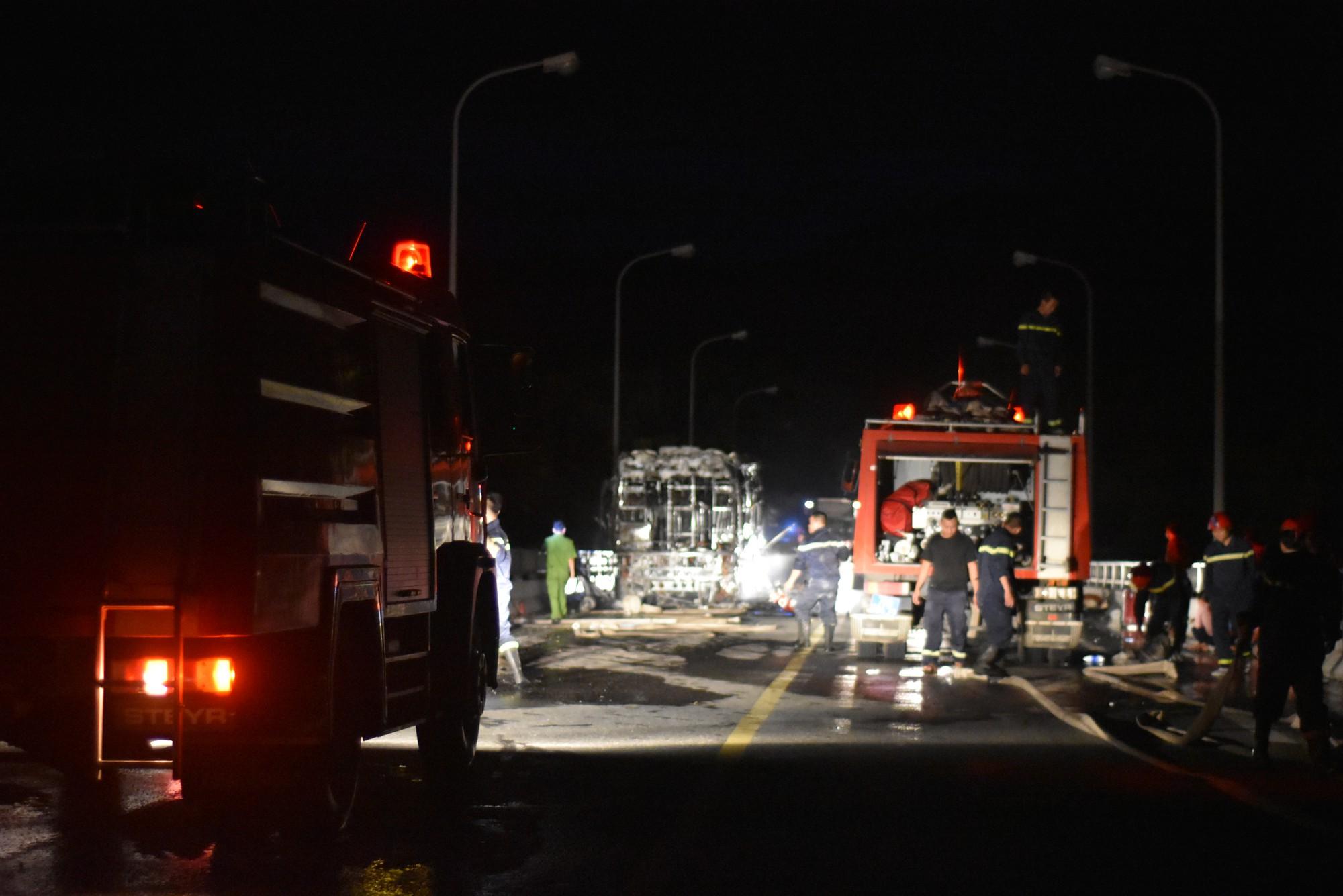 Vụ cháy gây ách tắc giao thông nghiêm trọng.