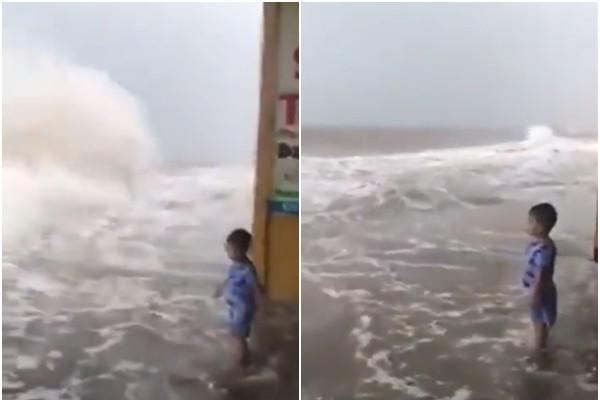 Clip: Con một mình đứng chơi cùng những lớp sóng lớn bên bờ biển, mẹ thản nhiên ngồi quay video khiến nhiều người thót tim - Ảnh 3.