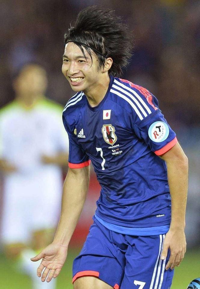 Bóng hồng Nhật Bản cưới tiền vệ kém tuổi hậu World Cup - Ảnh 1.