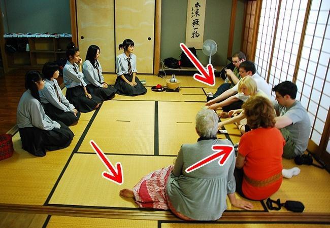 7 nghi thức giao tiếp kỳ lạ của người Nhật: Không được chạm vào người nhau, hôn nhau nơi công cộng từng bị bỏ tù - Ảnh 5.