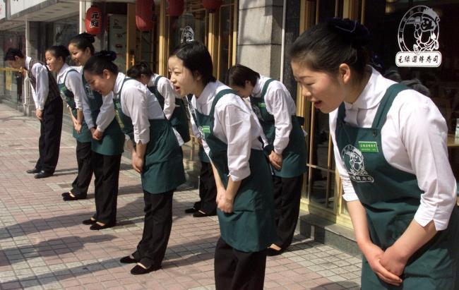 7 nghi thức giao tiếp kỳ lạ của người Nhật: Không được chạm vào người nhau, hôn nhau nơi công cộng từng bị bỏ tù - Ảnh 7.