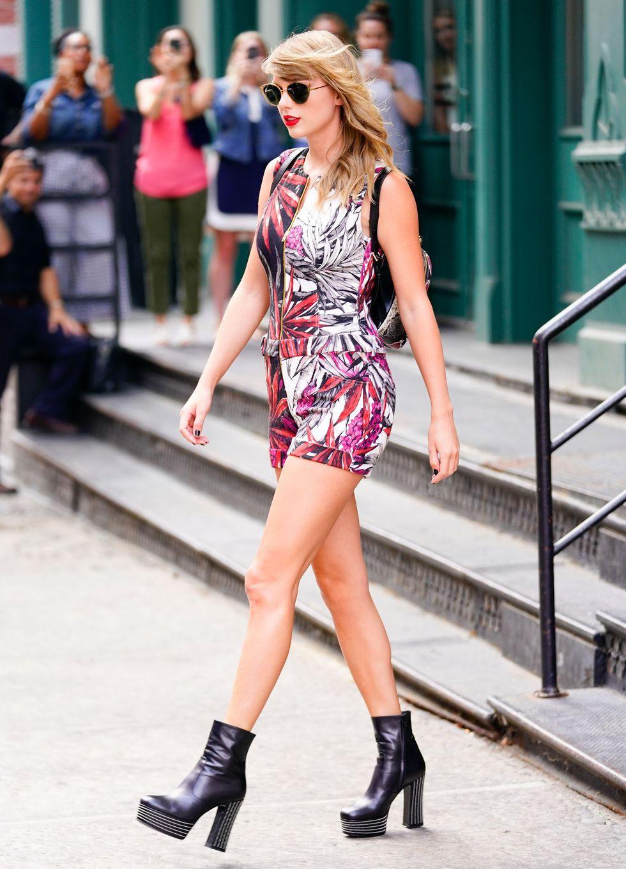 Ngắm street style mới nhất của Taylor Swift sẽ thấy: dù ăn mặc đơn giản, con gái chỉ cần tô son đỏ là sẽ khí chất tuyệt đối - Ảnh 3.