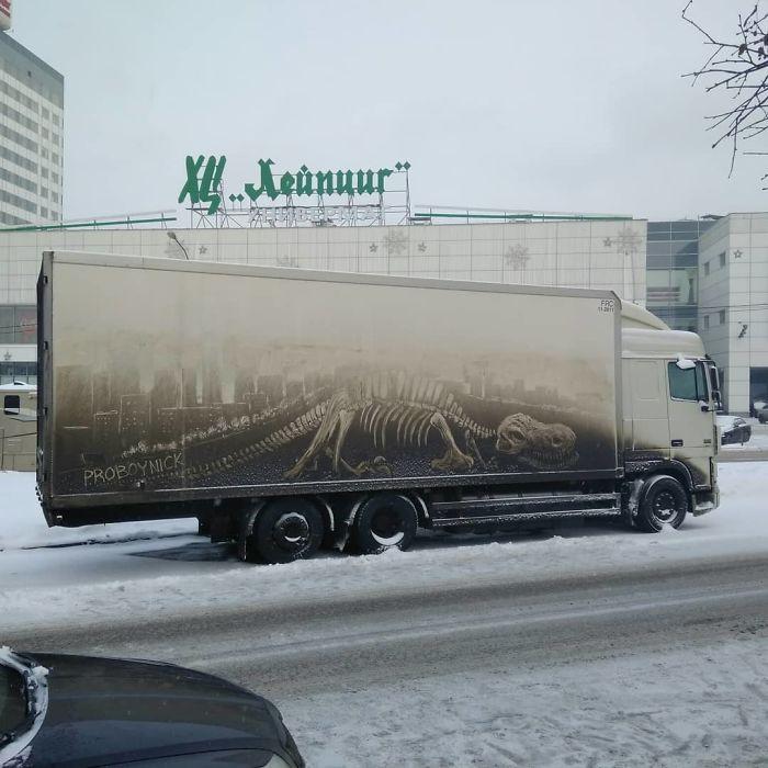 Chàng nghệ sĩ người Nga và những tác phẩm hội họa tuyệt đẹp được vẽ nên từ lớp bụi dày trên ô tô - Ảnh 3.