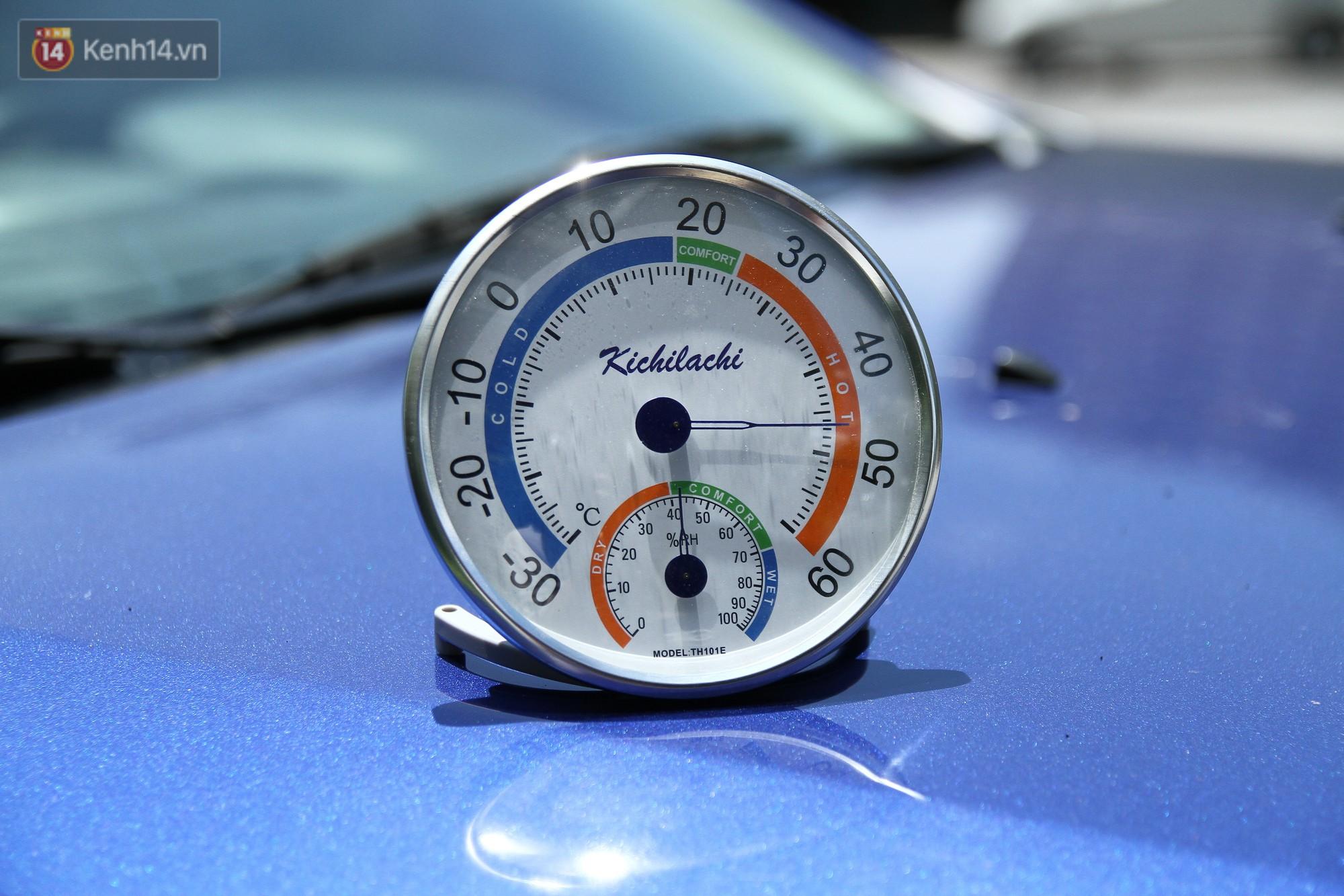 Nhiệt độ đo được ngoài trời thời điểm 12h30 đã lên mức 45 độ C. Nhiệt kế được đặt trên nắp ô tô.