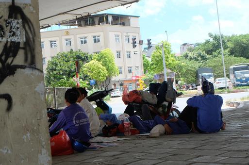 Ảnh: Những giấc ngủ trưa nhọc nhằn dưới tán cây, gầm cầu của người lao động trong đợt nắng nóng đỉnh điểm ở Thủ đô - Ảnh 1.