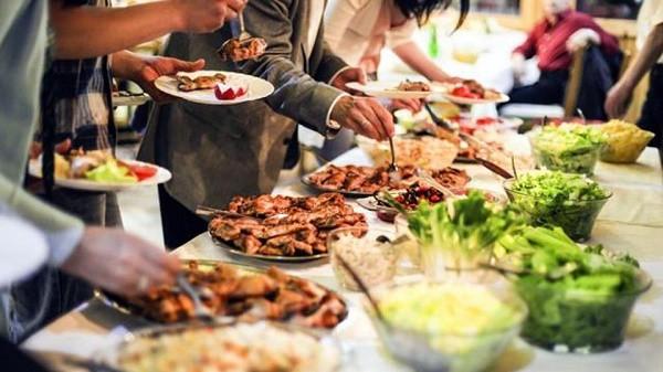 Phạt tiền nếu để thừa đồ ăn khi ăn buffet - quy định đã có từ lâu nhưng là nên hay không nên? - Ảnh 2.