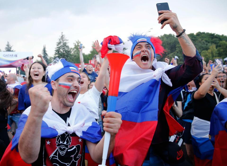 Binh sĩ Nga diễu hành dưới mưa, chân vẫn không quên đá bóng trong mùa World Cup - Ảnh 3.