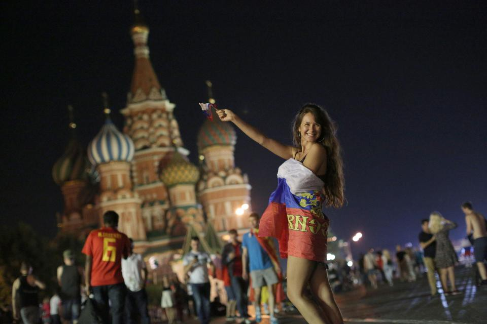 Binh sĩ Nga diễu hành dưới mưa, chân vẫn không quên đá bóng trong mùa World Cup - Ảnh 7.