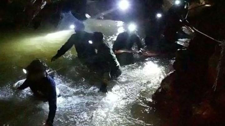 Ảnh: Toàn cảnh nỗ lực giải cứu đội bóng Thái Lan đầy cam go - Ảnh 2.