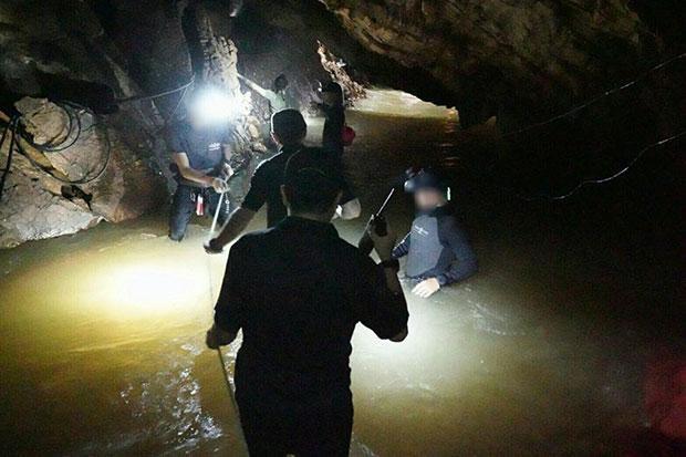 Nhóm thợ lặn thề không trở ra nếu không tìm thấy đội bóng Thái Lan mất tích - Ảnh 1.