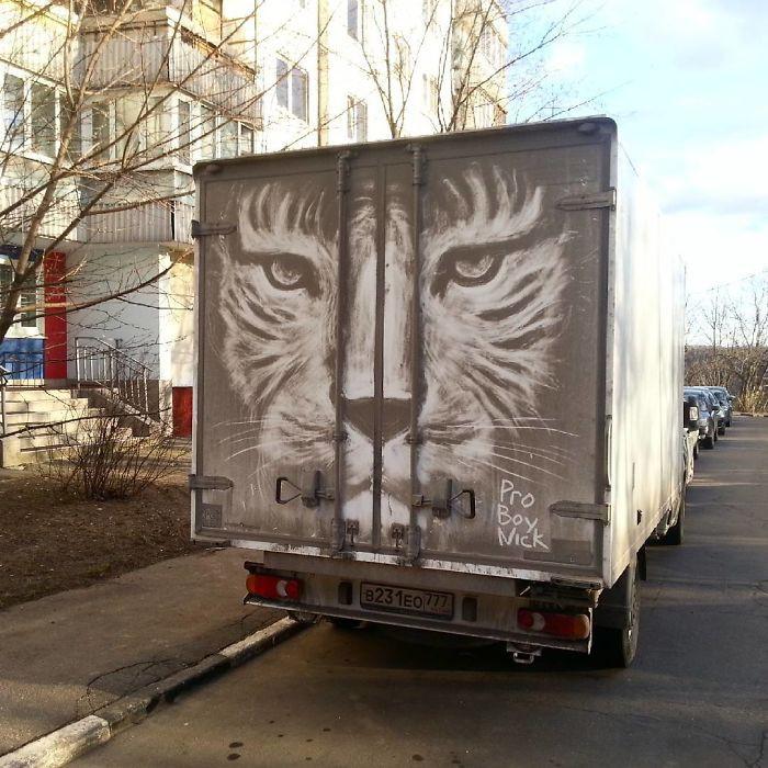 Chàng nghệ sĩ người Nga và những tác phẩm hội họa tuyệt đẹp được vẽ nên từ lớp bụi dày trên ô tô - Ảnh 5.