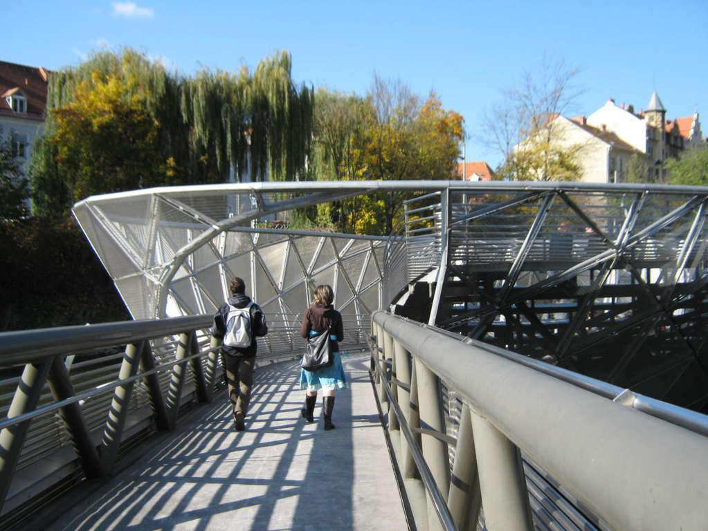 Bên cạnh cầu Vàng Đà Nẵng, còn có 5 cây cầu khác khiến cả thế giới thích thú vì thiết kế độc đáo, ấn tượng - Ảnh 8.