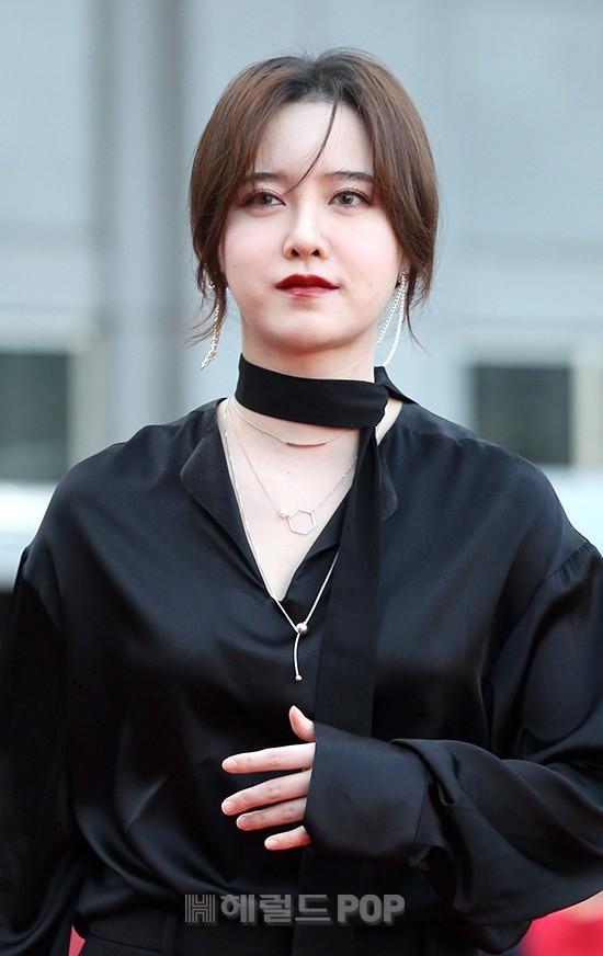 Những khoảnh khắc gây sốc đi vào lịch sử thảm đỏ Kbiz: Sao vô danh chiêu trò hở bạo, Goo Hye Sun bỗng lọt top - Ảnh 20.