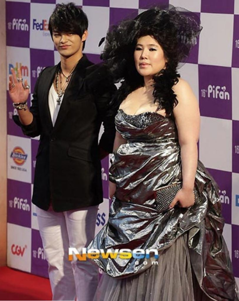 Những khoảnh khắc gây sốc đi vào lịch sử thảm đỏ Kbiz: Sao vô danh chiêu trò hở bạo, Goo Hye Sun bỗng lọt top - Ảnh 16.