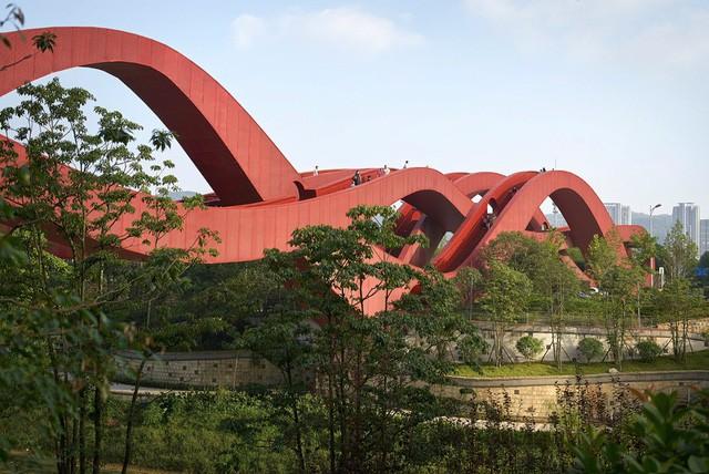 Bên cạnh cầu Vàng Đà Nẵng, còn có 5 cây cầu khác khiến cả thế giới thích thú vì thiết kế độc đáo, ấn tượng - Ảnh 1.