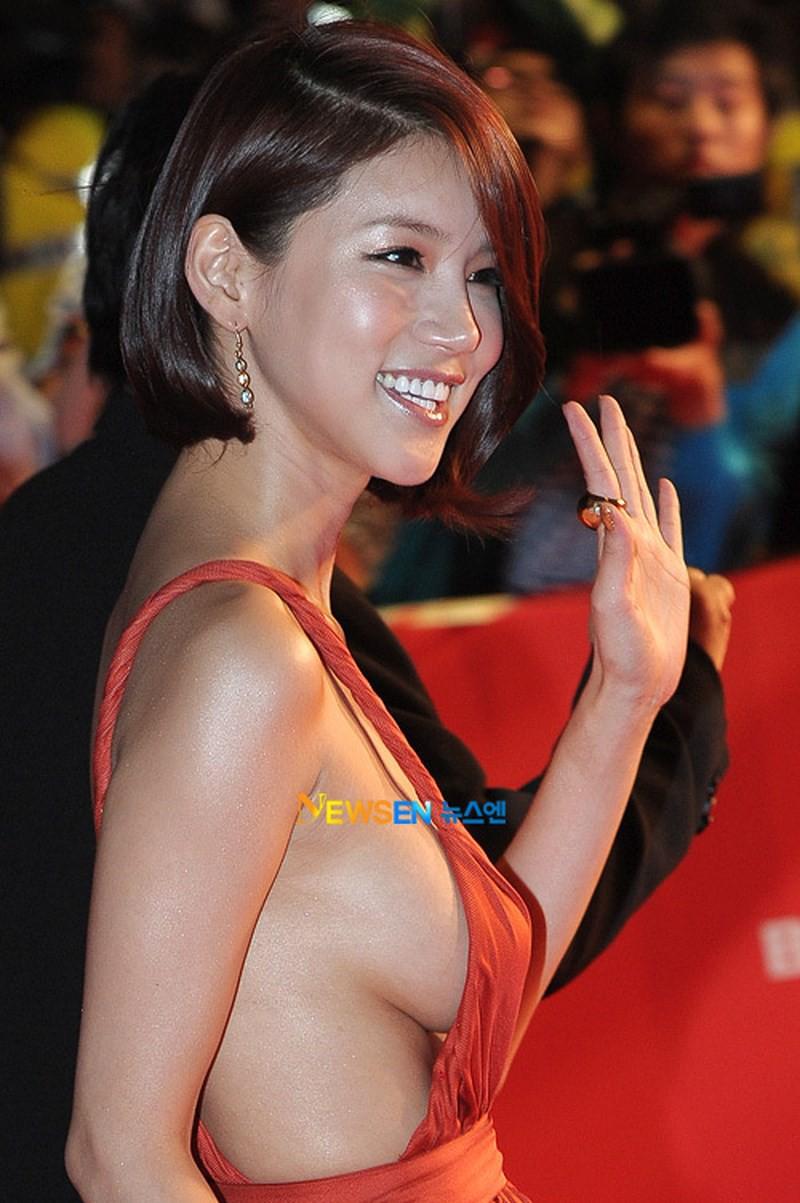Những khoảnh khắc gây sốc đi vào lịch sử thảm đỏ Kbiz: Sao vô danh chiêu trò hở bạo, Goo Hye Sun bỗng lọt top - Ảnh 4.